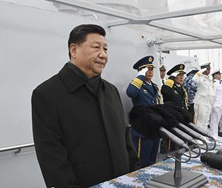 习近平检阅舰艇编队