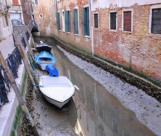 威尼斯遇罕见低潮致河床干涸