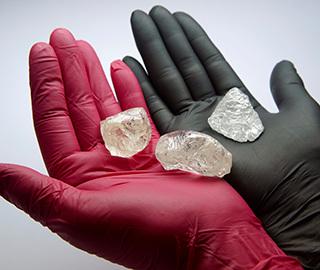 俄罗斯将拍卖稀有钻石原石 重达242克拉