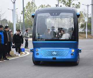 无人驾驶客车在武汉载客运营