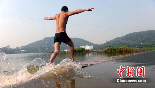 """南少林武僧再创""""水上漂""""纪录 距离达28米(图)"""
