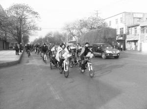 的爱情为这座城市献上了一场别样的婚礼自行车婚礼,组成迎亲高清图片