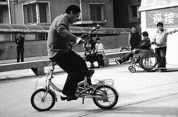 """倒骑着车拉二胡,成了刘俊的""""绝活"""".-倒骑自行车悠然拉二胡 小伙图片"""