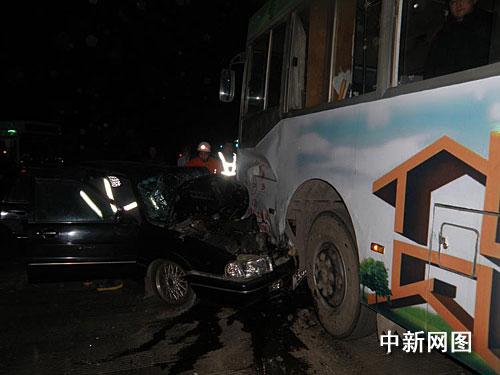 司机酒后驾车与公交车相撞 轿车严重变形高清图片