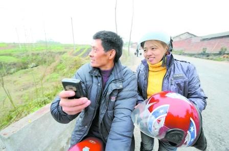 没买到车票农民工夫妇骑摩托从广东回四川(图)