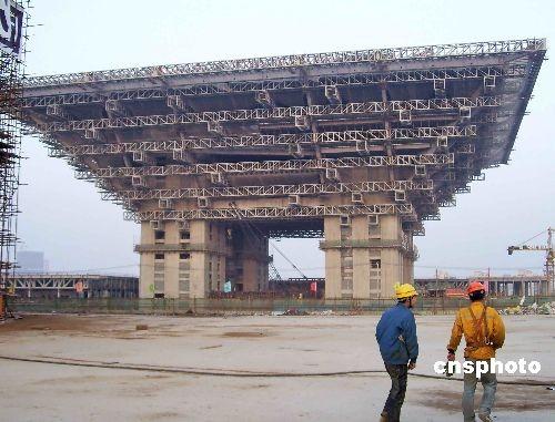 图文:上海世博会中国馆已经封顶