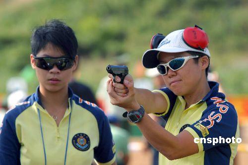 图为香港女警在进行射击比赛.-警察体育三项比赛开幕