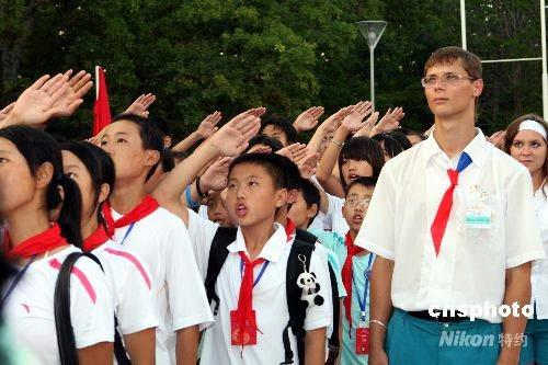 四川地震灾区孩子向国旗敬礼