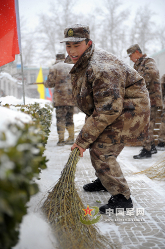 某大队拥军为民扫雪忙图片
