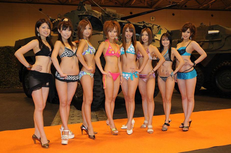 小日本自卫队武器展还要靠三点泳装美女助阵 组图