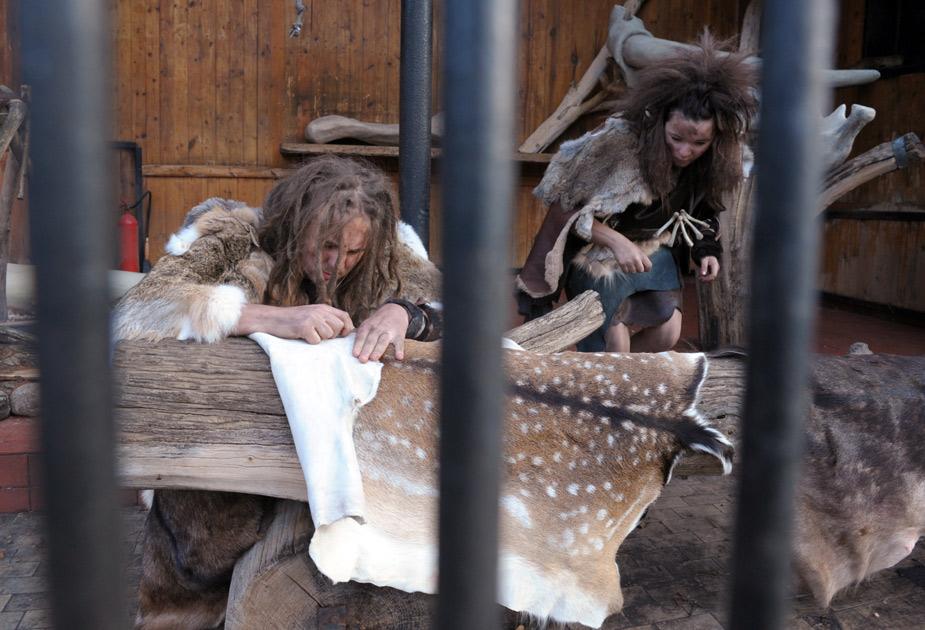 波兰男女扮原始人 动物园笼中