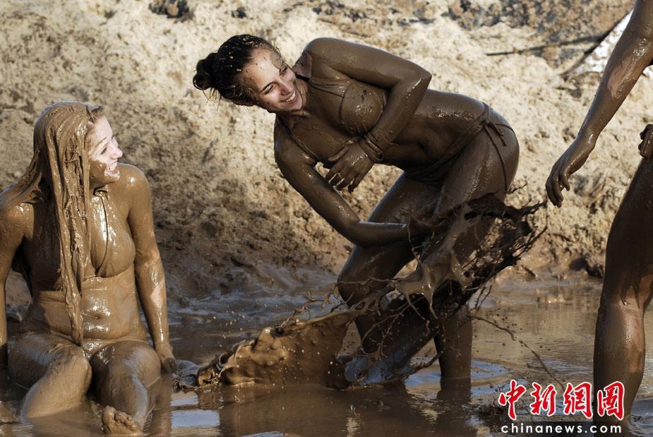 中新网高清图 以色列美女泥浆中尽情撒欢庆节