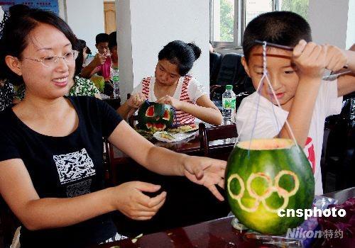 芜湖小学生制作 奥运西瓜灯笼高清图片