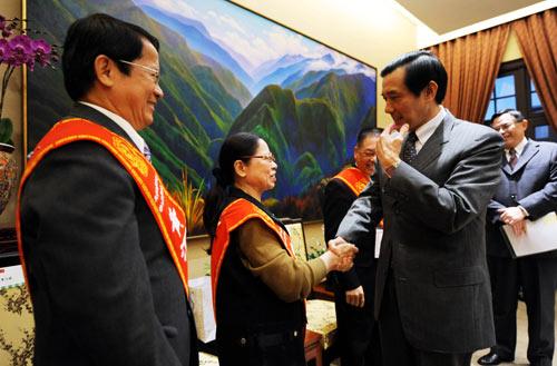 2010年台湾好人好事代表,赞扬他们的善行充分展现了正直、善良等