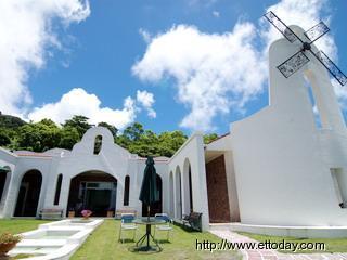 其实原本是台湾乡下很普通的钢筋水泥平房.-台东风车教堂的白色浪