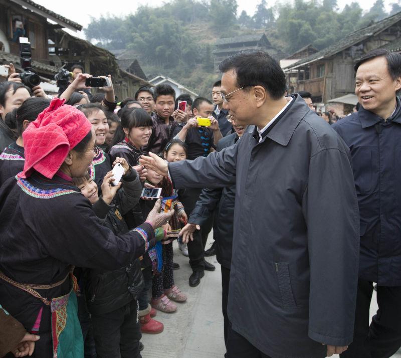 """担心别人拍照小男孩拿不到,总理善解人意地对他说:""""就用你的手机拍吧!"""""""