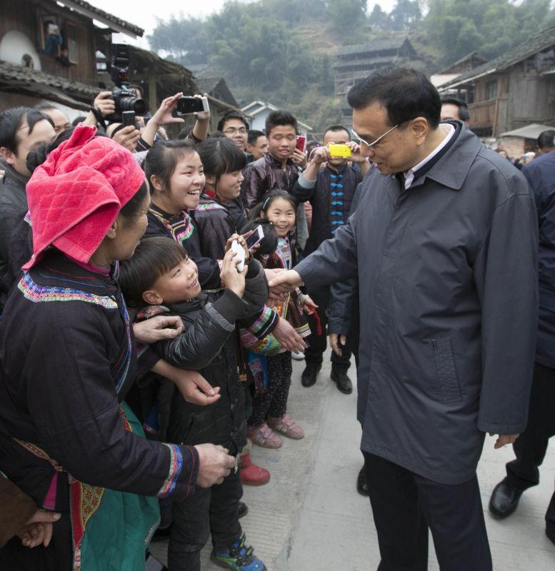 """""""我注意到,你跟着我拍了一路了,那我就和你一块照一个吧!""""总理笑呵呵地说。"""
