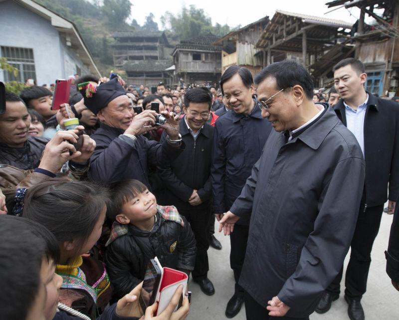 """总理出现在哪儿,小男孩就会跟随到哪儿。所以摄影、摄像记者的镜头里,无数次地闯入了""""小强粉""""的身影。"""
