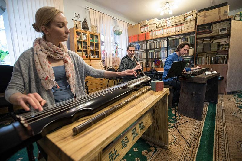 这是2017年5月13日,在俄罗斯莫斯科,龙凤琴社的老师叶甫盖尼娅(左)、谢尔盖(中)和学员杰尼斯琴箫合奏。2014年9月,龙凤琴社在柴可夫斯基音乐学院世界音乐文化中心的支持下正式成立,成为中国音乐在俄罗斯的窗口。新华社记者 吴壮 摄