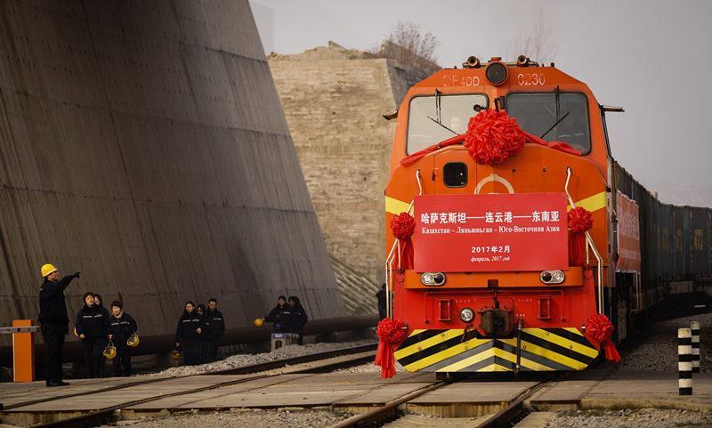 这是2017年2月5日,一列来自哈萨克斯坦装载有720吨小麦的火车驶入中哈连云港物流中转基地。这是哈萨克斯坦小麦首次从中国过境发往东南亚市场,标志着中哈粮食过境安全大通道正式打通。新华社记者 李响 摄