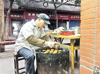 重庆男子做了30年的熨斗糕 吸引70岁老人寻找童年