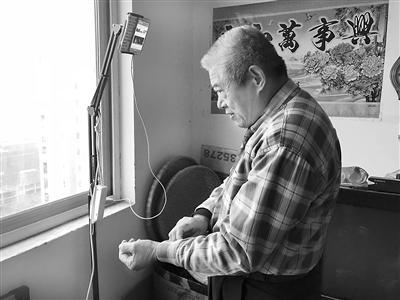 69岁患癌老人当主播唱歌跳舞 每天两场直播激励病友