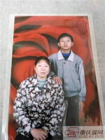 励志!单亲妈妈擦鞋16年 把儿子送进211高校