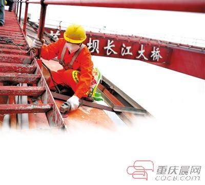 星易娱乐手机版登陆 重回通车时模样 菜园坝大桥换红装