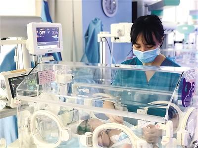 西南地区第一例 机器人给新生儿做精细手术
