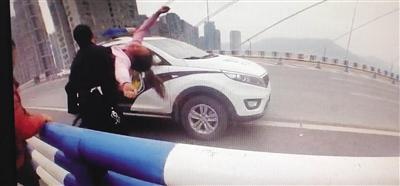 """民警大桥护栏边智救妙龄女孩 最暖""""公主抱""""感动市民"""