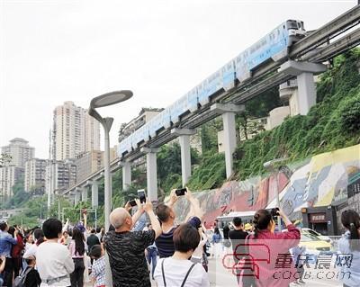"""李子坝轻轨站再添""""彩妆"""" 让城市更绿更美"""