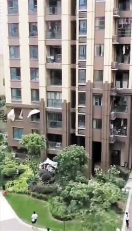他们刚把棉被拉开十几秒 孩子就从6楼阳台掉下来