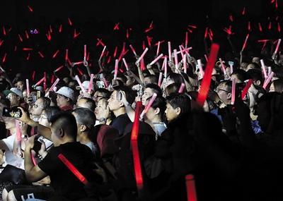 冯提莫首场个人演唱会在重庆开唱  跨界歌手开演唱会将成趋势