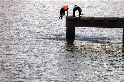 定格警察江边救人瞬间:这一伸手 就是生与死的距离魅力研习社破冰取蛋