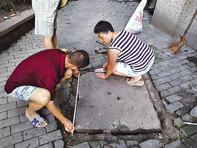 暖心 清洁工自掏腰包 为小区修窨井盖