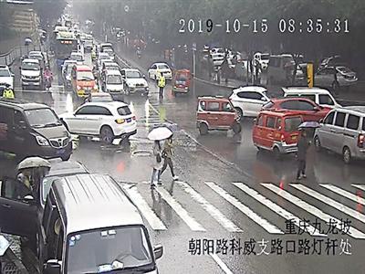 """热心司机给冒雨执勤民警送雨伞 叮嘱""""别感冒了"""""""