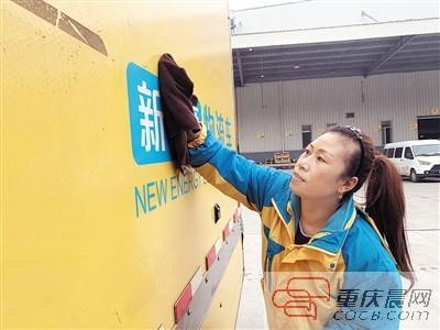 """女货车司机9年零事故 网友赞她是""""女版藤原拓海"""""""