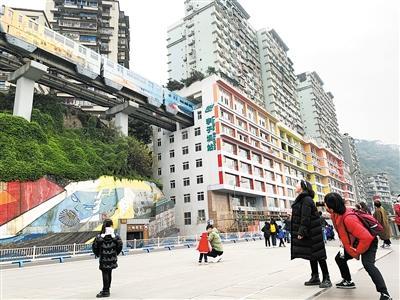 """轨道李子坝站换装 重庆""""列车穿楼""""打卡地上新了图片"""