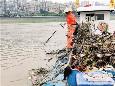 长江清漂员:半天装近5吨垃圾 动作每天重复上千次
