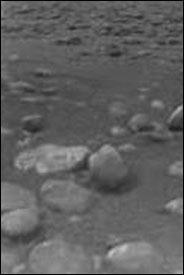 惠更斯号探测器降落土卫六 已发回首批黑白照片